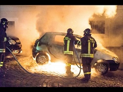 AUTO IN FIAMME ..